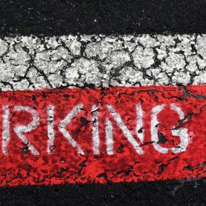 Ciudadanos (Cs) Tres Cantos recuerda al gobierno que el azul no debería ser el color en la zona de aparcamiento comercial